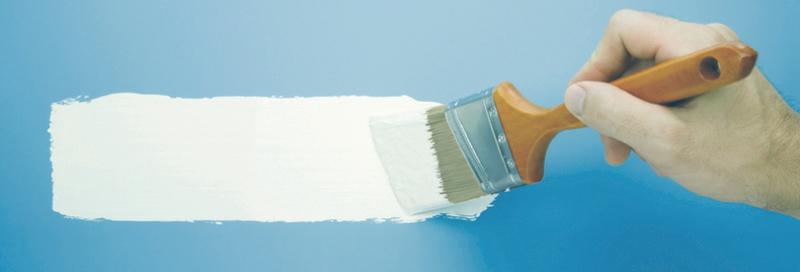 Jemand mal einen weißen Strich auf eine blaue Wand